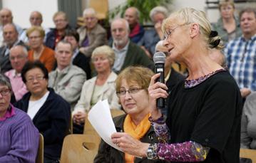 la responsable locale du Secours populaire, Chantal Dutheil, lors de l'ouverture des Assises de la ville le 11 octobre 2011