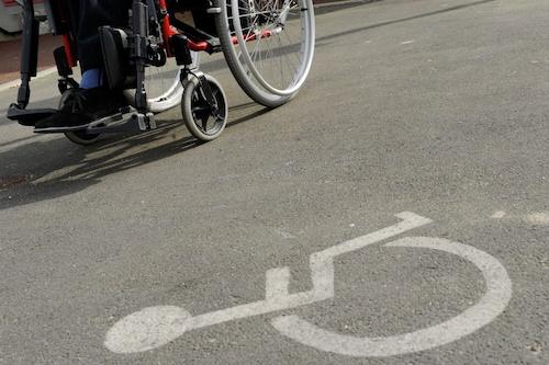 en fauteuils roulants dans les rues de la ville afin d'identifier les soucis d'accessibilté