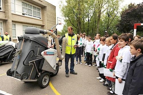 présentation des véhicules de propreté dans une école