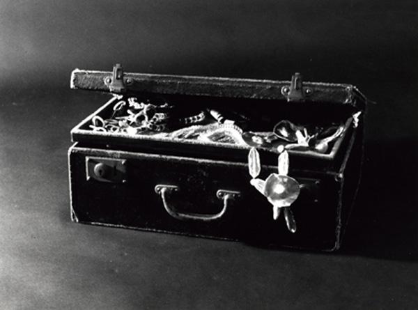 la valise d'Aragon qui contenait les colliers d'Elsa