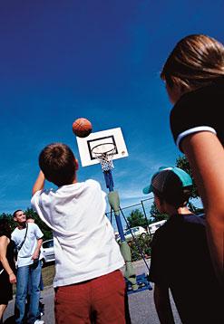 Partie de basket dans le cadre d'une activité jeunesse